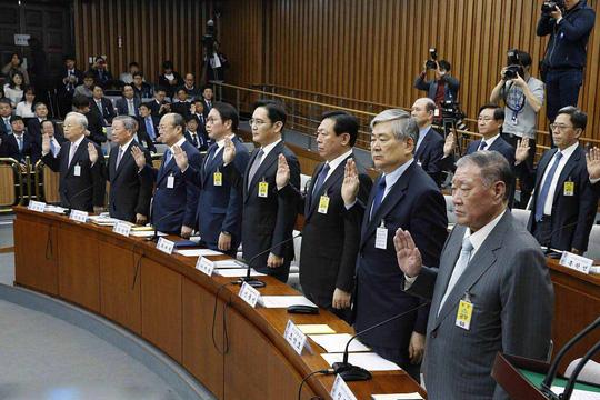 Lãnh đạo 8 chaebol ra điều trần trước Quốc hội ngày 6-12-2016Ảnh: EPA
