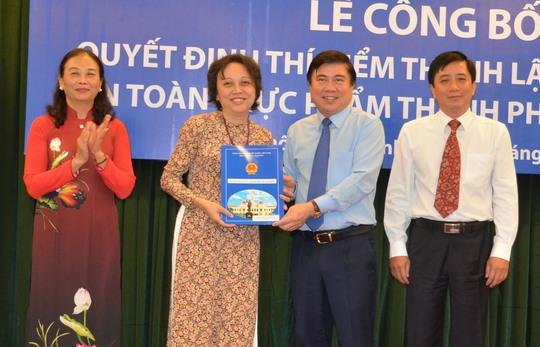 Chủ tịch UBND TP Nguyễn Thành Phong trao quyết định thành lập Ban Quản lý An toàn thực phẩm TP HCM cho bà Phạm Khánh Phong LanẢnh: Phan Anh