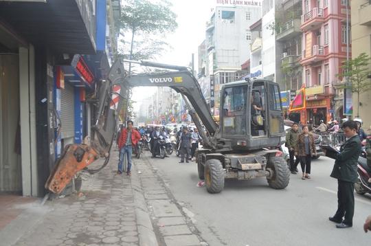 Lực lượng chức năng phá dỡ những vật dụng lấn chiếm vỉa hè, lòng đường Nguyễn Lương Bằng, quận Đống Đa, TP Hà Nội Ảnh: NGUYỄN HƯỞNG