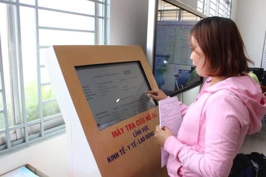 Người dân tra cứu thông tin qua dịch vụ công trực tuyến tại UBND quận Bình Tân