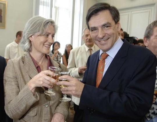 Bà Penelope chung vui với chồng hồi năm 2007 nhân dịp ông Fillon nhậm chức thủ tướng Ảnh: SIPA