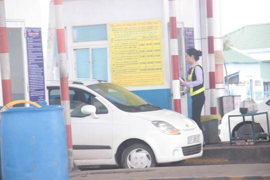 Tài xế dùng ô tô cố thủ giữa trạm BOT Nam Bình Định đòi giảm giá vé - Ảnh 1.