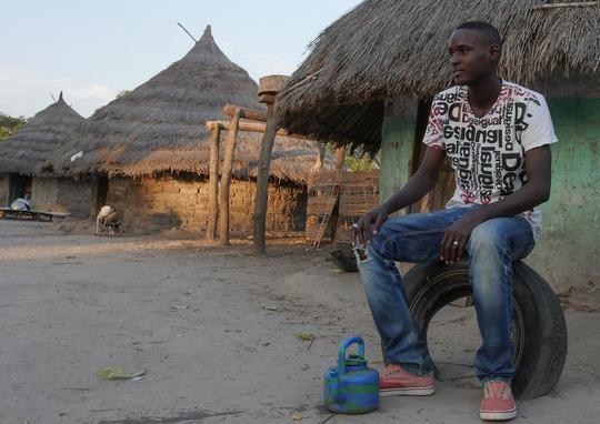 Goundo Wandianga đơn độc ở làng Ảnh: THE GUARDIAN