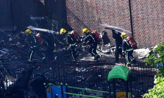 London hoảng sợ trước vụ cháy tòa nhà 24 tầng - Ảnh 1.