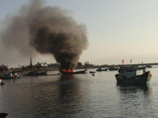 Cháy 2 tàu cá hơn 8 giờ liền, thiệt hại trên 7 tỉ đồng - Ảnh 1.