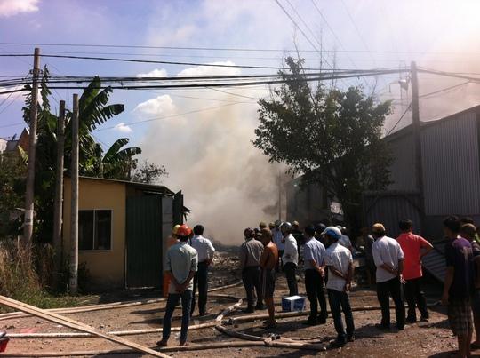 Nhiều người đến hỗ trợ dập lửa nhưng do sức nóng của đám cháy đã phải lùi xa
