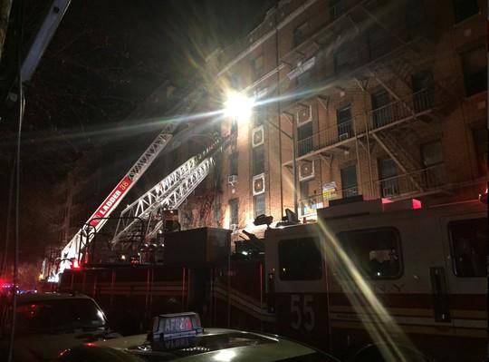 Cháy tòa nhà ở Mỹ và Ấn Độ, 26 người chết - Ảnh 2.