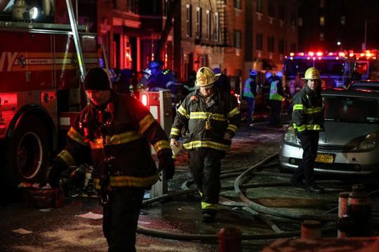 Cháy tòa nhà ở Mỹ và Ấn Độ, 26 người chết - Ảnh 1.