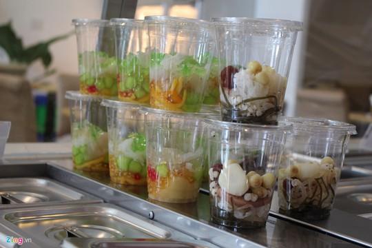 Các món chè như đậu xanh, đậu đen, thập cẩm, nếp... trên các xe chè lưu động đều có giá từ 5.000-10.000 đồng một bịch hay ly.