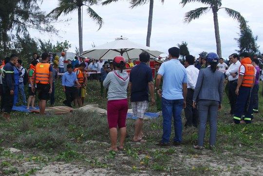 Thi thể 3 học sinh được đưa lên bờ để khám nghiệm tử thi