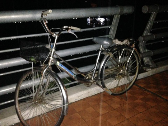 Bỏ lại xe đạp, người phụ nữ mang thai nhảy cầu tự tử - Ảnh 1.