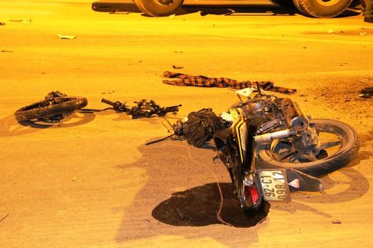 Chiếc xe máy bị gãy đôi sau khi va chạm với xe tải