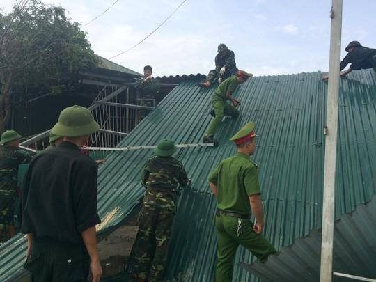 Quân khu 4 điều 400 chiến sĩ tới Hà Tĩnh giúp dân sau bão - Ảnh 4.