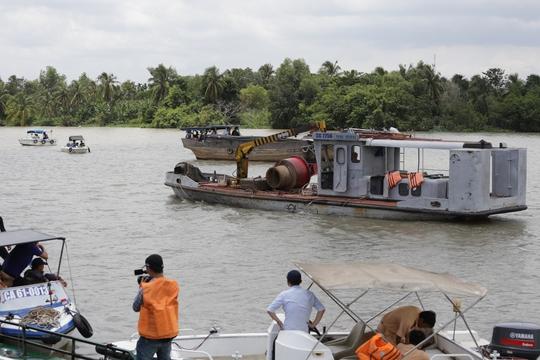Bắt người lái sà lan ẩu làm 2 mẹ con chết trên sông Sài Gòn - Ảnh 1.