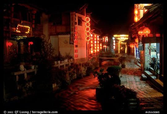 Hệ thống kênh rạch được thắp sáng bằng những chiếc đèn lồng với màu sắc rực rỡ tại tỉnh Vân Nam - Trung Quốc. Ảnh: Terragalleria