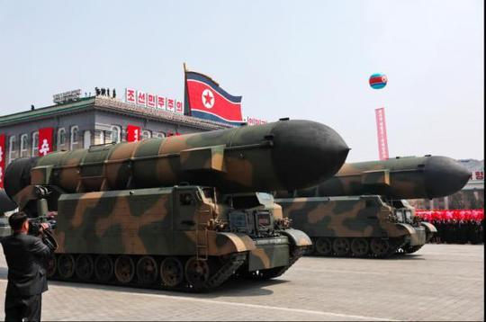 Tờ Thời báo Hoàn cầu cho rằng những cỗ xe chở tên lửa của Triều Tiên diễu hành trong Ngày Ánh Dương thật ra chỉ là mô hình. Ảnh: EPA