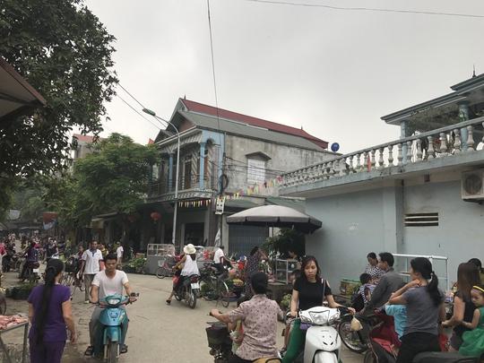 Chợ thôn Hoành tấp nập sáng 20-4