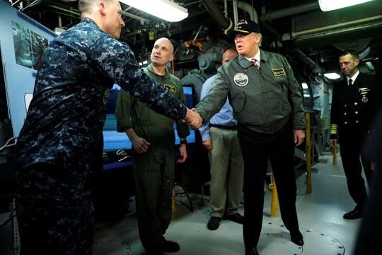 Tổng thống Donald Trump thăm tàu sân bay Gerald R. Ford của Hải quân Mỹ tại cơ sở đóng tàu Ingalls Newport News, bang Virginia Ảnh: REUTERS