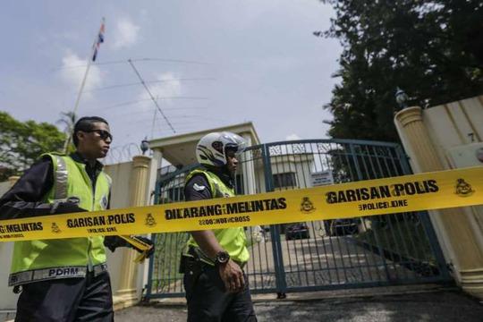 Cảnh sát phong tỏa Đại sứ quán Triều Tiên ở thủ đô Kuala Lumpur - Malaysia hôm 7-3Ảnh: EPA
