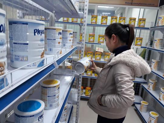 Người tiêu dùng có thể được lợi từ việc thay đổi cách quản lý giá sữa của Bộ Công Thương Ảnh: NGUYỄN HƯỞNG