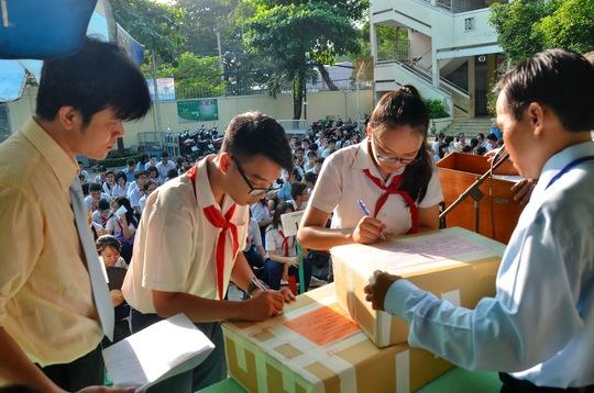 Học sinh TP HCM xác nhận niêm phong đề thi trong kỳ thi tuyển sinh lớp 10 năm 2016 Ảnh: Tấn Thạnh