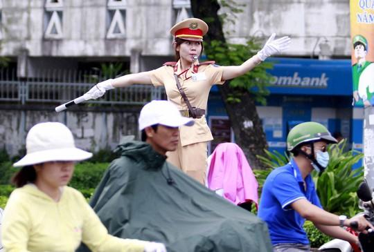 Các trường công an có nhiều thay đổi trong tuyển sinh năm 2017. Trong ảnh: Nữ cảnh sát giao thông đang làm nhiệm vụ tại một tuyến đường ở TP HCM Ảnh: Hoàng Triều