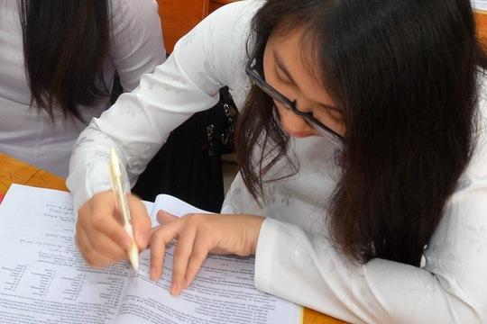 Học sinh đang làm quen với các dạng đề thi trắc nghiệm Ảnh: Tấn Thạnh