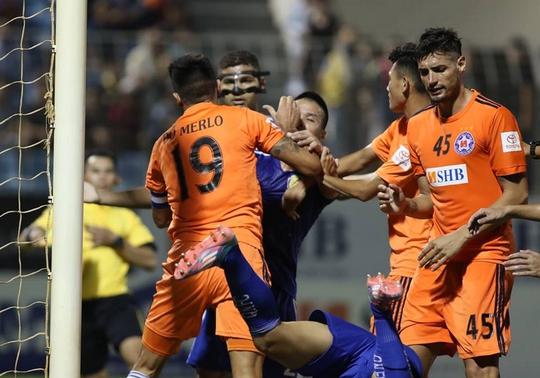 Vòng 23 V-League: Trọng tài kém, bạo lực tăng - Ảnh 1.