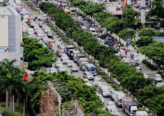 """Dòng xe nối đuôi nhau """"nằm chết"""" trên đường Trường Sơn (quận Tân Bình, TP HCM) trưa 9-1 Ảnh: GIA MINH"""