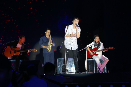 """Noo Phước Thịnh trình diễn ca khúc cover """"You and I"""" của Phương Uyên trước đây trong live show của mình Ảnh: Leon"""