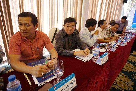 Phó Ban Trọng tài VFF Dương Văn Hiền (trái) sẽ thay trưởng ban Nguyễn Văn Mùi (phải) tham gia tổ kiểm soát trọng tài để phân công nhân sự từ vòng 9 V-LeagueẢnh: Quang Liêm