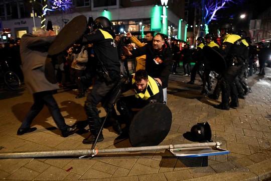 Cảnh sát chống bạo động đụng độ với người biểu tình gần Lãnh sự quán Thổ Nhĩ Kỳ ở TP Rotterdam - Hà Lan rạng sáng 12-3 Ảnh: Reuters