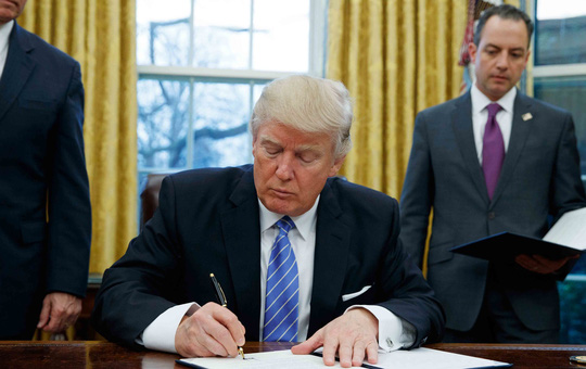 Tổng thống Mỹ Donald Trump ký ban hành sắc lệnh rút khỏi TPP hôm 23-1. Ảnh: AP