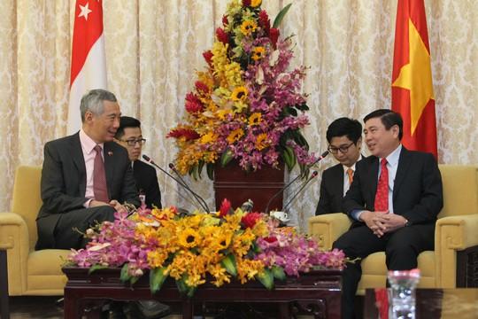 Chủ tịch UBND TP HCM Nguyễn Thành Phong (phải) hội kiến Thủ tướng Singapore Lý Hiển Long hôm 21-3 Ảnh: HOÀNG TRIỀU