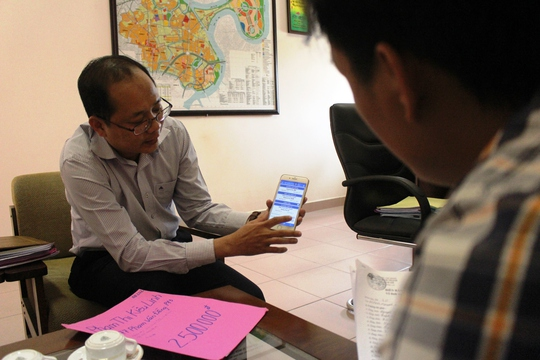 Ông Dương Hồng Thắng trao đổi với phóng viên Báo Người Lao Động về hệ thống phần mềm giám sát tình trạng lấn chiếm vỉa hèẢnh QUỐC CHIẾN