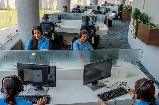 """Tổng đài cảnh sát ở Lucknow, bang Uttar Pradesh - Ấn Độ nhận được khoảng 700 cuộc gọi/ngày để than phiền về """"Romeo điện thoại"""" Ảnh: THE NEW YORK TIMES"""