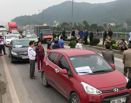 Người dân diễu hành sáng 2-4 phản đối việc thu phí quá cao ở trạm thu phí Bến Thủy Ảnh: HẢI VŨ