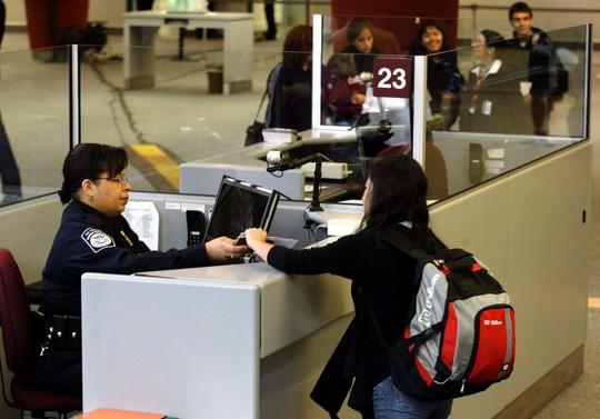 Du khách nước ngoài đến Mỹ có thể phải trải qua các biện pháp kiểm soát cực kỳ nghiêm ngặt Ảnh: REUTERS