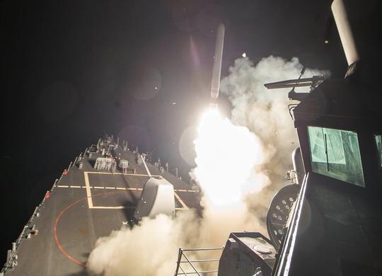 Tàu USS Ross bắn tên lửa Tomahawk về phía Syria ngày 7-4 Ảnh: Reuters