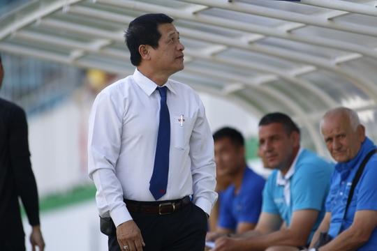 Phó Ban Trọng tài Dương Văn Hiền khi làm giám sát trọng tài trận HAGL thua ngược FLC Thanh Hóa 2-3 Ảnh: Minh Trần