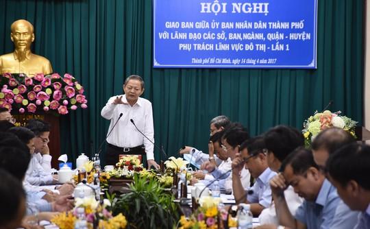 Phó Chủ tịch UBND TP HCM Lê Văn Khoa (đứng) yêu cầu các địa phương phải nhanh chóng có giải pháp đề xuất lên UBND TP để quản lý đô thị hữu hiệu nhất