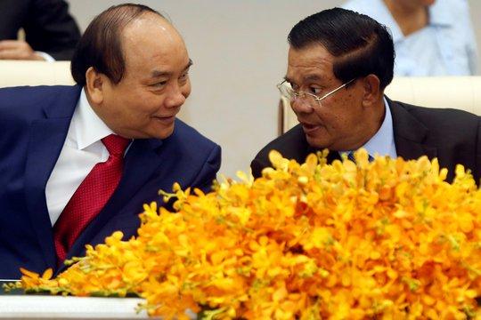 Thủ tướng Nguyễn Xuân Phúc (trái) và Thủ tướng Hun Sen chứng kiến lễ ký kết các văn kiện hợp tác Ảnh: REUTERS