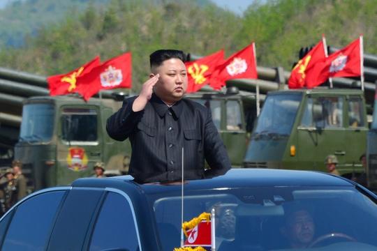 Nhà lãnh đạo Kim Jong-un thị sát cuộc tập trận pháo binh kỷ niệm 85 năm ngày thành lập quân đội Triều Tiên Ảnh: KCNA