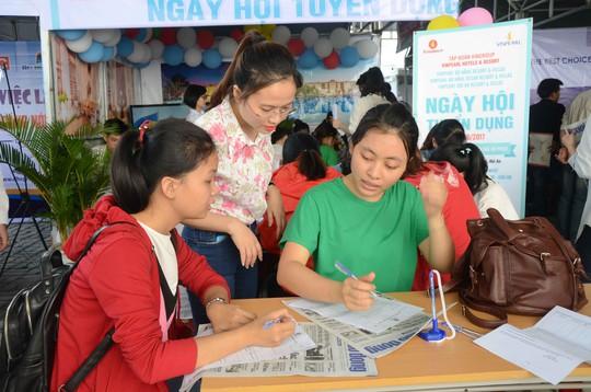 Hơn 10.000 sinh viên tham gia ngày hội việc làm - Ảnh 1.