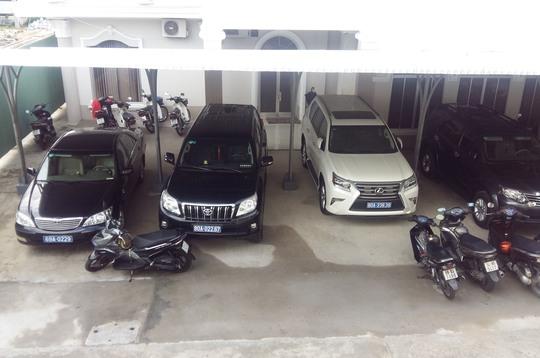 Một trong 2 chiếc xe Lexus (bìa phải) mà tỉnh Cà Mau đã trả lại doanh nghiệp Ảnh: DUY NHÂN