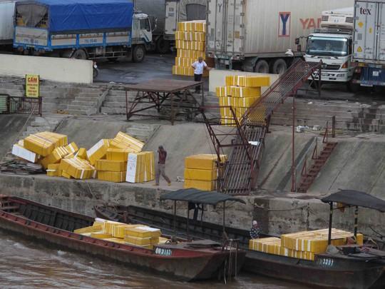 Hoạt động xuất khẩu hàng hóa sang Trung Quốc qua đường thủy ở Móng Cái luôn diễn ra tấp nập Ảnh: Trọng Đức