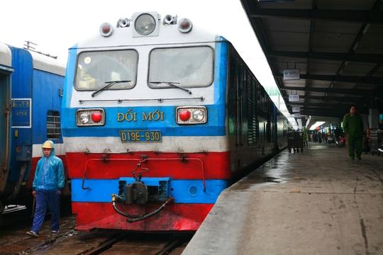 Cần tập trung vào các chính sách, cơ chế ưu tiên để ngành đường sắt phát triển đột phá. Trong ảnh: Hoạt động vận tải đường sắt tại ga Hà Nội
