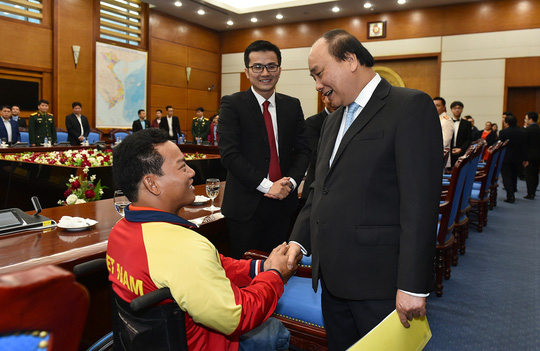 Thủ tướng Nguyễn Xuân Phúc thăm hỏi một trong những gương mặt trẻ Việt Nam tiêu biểu. Ảnh: Quang Hiếu