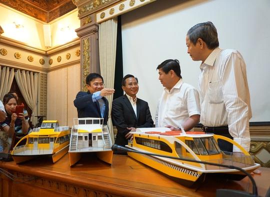 Lãnh đạo UBND TP HCM xem mô hình tàu vận tải hành khách công cộng đường thủy nội địa