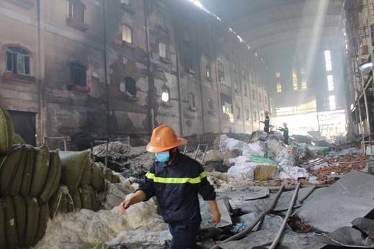 Cảnh hoang tàn bên trong sau khi đám cháy được dập tắt vào trưa 24-3